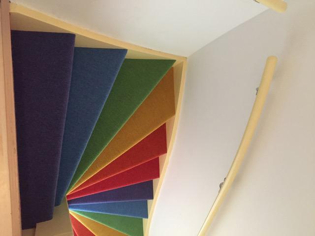 Trap stofferen met tapijt vloerbedekking in regenboogkleuren